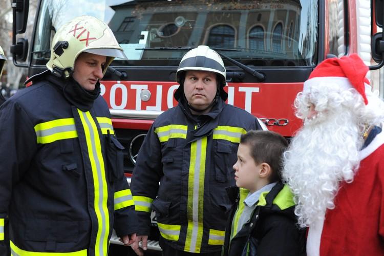 Tűzoltóautós utazást is hozott a kispesti Mikulás