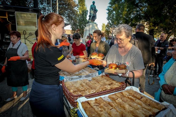 Jótékonysági hamburger party a rászorulóknak